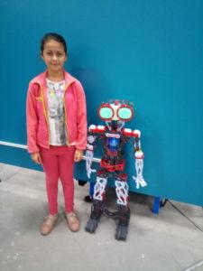 робот понимает команды на английском, например, может подъехать и обнять гостя своими железными клешнями